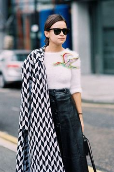 I love the soft sweater, the embellishment of that massive bird is very Carrie Bradshaw, and that leather a-line skirt makes me happy. The wayfarers are a fresh addition to what is a relatively classic look.