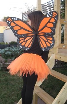 Cute skirt idea with the butterfly wings Butterfly Kids, Butterfly Party, Butterfly Dress, Mariposa Butterfly, Monarch Butterfly Costume, Fancy Dress, Dress Up, Halloween Disfraces, Costume Makeup