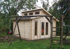 Naturholz Pultdach Gartenhaus im Garten. Auf dem Spielgerüst mit Schaukel haben auch die Kleinsten Spaß.