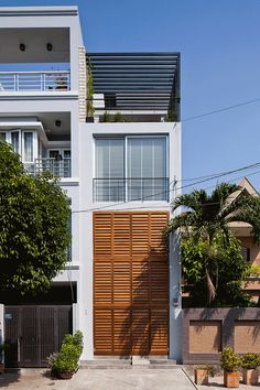 Vietnamese Town House by MM ++ Architects Vietnamesisches Stadthaus von MM ++ Architects Related posts: No related posts. Detail Architecture, Colonial Architecture, Interior Architecture, Modern Townhouse, Townhouse Designs, Traditional Shutters, Exterior Design, Interior And Exterior, Narrow House