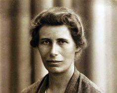 Inge Lehman (1888-1993) Géophysicienne danoise à qui nous devons la découverte de la partie solide du noyau de la terre . Non ce n'était pas Jules Verne , c'était bien Inge . Elle a du se frayer un chemin dans un monde scientifique très largement...