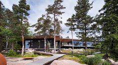 Suomalaisen Joarc Architectsin suunnittelema Villa Lulla on huikea kokonaisuus, joka yhdistääylellisen arkkitehtuurin perinteiseenluontomaisemaan. Vankasti teräspilarien päällä seisova päärakennus on kuin leijuva lomaparatiisi keskellä luontoa. Veistoksellinen linjakkuus ja selkeys yhdistää sen ympäröivään maisemaansa tarjoten samalla huikeat näkymät suoraan merelle. Jylhät kalliokivet, luonnollinen puu ja valoa heijastava lasi muodostavat täydellisen yhdistelmän, minkä ansiosta…