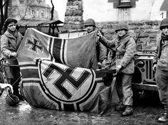 Soldados soviéticos exibem bandeira nazista capturada durante confrontos da Segunda Guerra Mundial