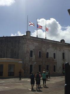 Fuerte San Cristóbal - 9/3/16 - 10:13 a.m. - Uso correcto de las banderas colocadas a medi asta, por decreto presidencial. Color erróneo de la bandera de Puerto Rico.
