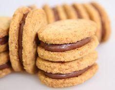 """Les Sablés """"Feuillantine"""" (pâte sablée aux amandes et gavottes écrasées + ganache chocolatée) Thermomix Desserts, No Cook Desserts, Cookie Desserts, Cookie Recipes, Delicious Desserts, Dessert Recipes, Biscuit Cookies, Yummy Cookies, Super Dieta"""