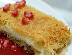 Μια συνταγή για ένα πεντανόστιμο Καταΐφι με γλυκιά λεμονάτη κρέμα τυριού. Ένα λαχταριστό σιροπιαστό γλυκό πάντα ευπρόσδεκτο όλες τις εποχές του χρόνου και όλες τις ώρες. Πως θα φτιάξετε το λεμονάτο Καταΐφι με κρέμα: Ανοίγετε το καταΐφι και το χωρίζετε σε δύο μέρη. Βουτυρώνετε το εσωτερικό ενός στρογγυλού ταψιού με