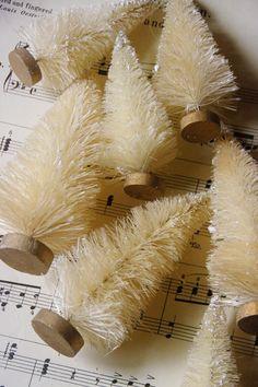 Aprovechando un cepillo con forma de punta, podemos crear estos originales abetos navideños.
