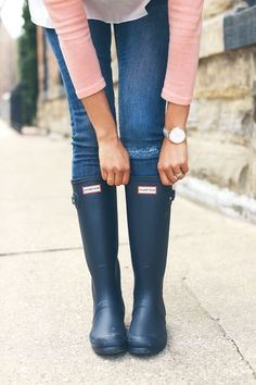 I love the hunter boots perfect for rainy day outfits // valentine gift ideas for her // boots for her // winter outfits // rainy photography // rain outfits // Shoes 2018 // fall handbags Navy Hunter Boots, Hunter Boots Outfit, Hunter Rain Boots, Hunter Shoes, Best Rain Boots, Snow Boots, Fall Handbags, Boating Outfit, Winter Leggings
