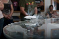 Levitación cuántica ¿Coches sin ruedas?  Investigadores de la Universidad de Tel Aviv han presentado esta nueva tecnología en la conferencia anual del ASTC (Asociación de Centros de Ciencia y Tecnología).  Para el experimento de levitación utilizaron una placa de zafiro recubierta por un óxido de cobre, bario e itrio.