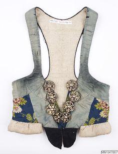 Liv i vadmal, överklätt med siden och dekorerat med sidenband och delvis förgyllda silvermaljor; Vemmenhögs, 1800-tal. Malmö Museer, nr MM 047867