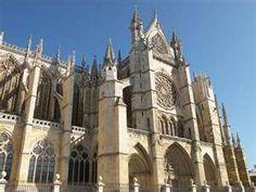 Catedral de Santa María, León, España.  Entre sus tesoros está la sillería del coro, siglo XV; el trascoro, siglo XVI; el altar mayor, con pinturas góticas de Nicolás Francés y Van der Veyden.