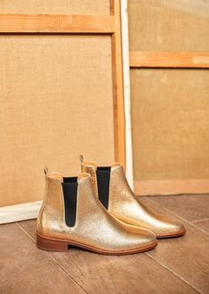 Sézane is a french brand I've been wearing for a long time. Chelsea Boots Plates, Cowhide Leather, Tan Leather, Black Suede, Leather Boots, Vegetable Leather, French Brands, Shoe Boots, Heels