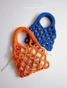 Perfect Summer Market Bag by Lion Brand Diy Crochet Rug, Macrame Purse, Net Bag, Crochet Handbags, Arm Knitting, Beaded Bags, Market Bag, Cute Bags, Knitted Bags