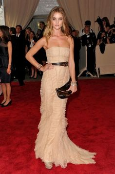 burberry costume institute gala 2010 4  Love this dress with the belt..