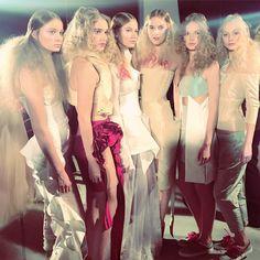 """One of the best moments at @dorhout_mees #backstage just after an #amazingshow #parisfashionweek #dorhoutmees #fashion """"ORPHIC"""" #collection #ss17 🇧🇷 O conceito da coleção foi impresso desde o #convite do #desfile no #fashionfilm que antecedeu o show na #musica na #beleza das #modelos e nas #roupas com #silhuetas de uma #estrutura e #leveza impecável. Sabe aquelas roupas que nos sentimos especiais quando vestimos? Foi essa minha sensação. Amei e vcs?! 😘 @ingridml #ingridlimastyle #mo.."""