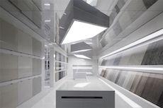 Voici le hall d'accueil du Show-Room de la société E-Go leader Chinois dans l'exportation de matériaux de construction situé  à Foshan (Chine). Imaginé par le Cabinet Chan Kwok Bun & Lee King Punk cet espace à été entièrement revu mettant en valeur les lignes droites grâce au rajout de sources Led.