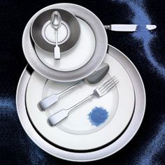 Order your porcelain dinner service refined with platinum or silver from brands like J. Coquet, Hering Berlin and Sieger by Fürstenberg at Artedona.