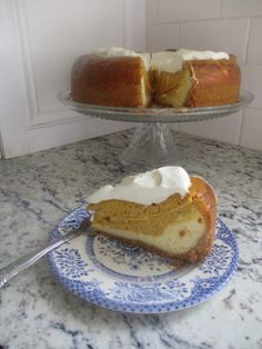 Sugar-Free and Gluten-Free - This keto pumpkin cheesecake recipe will allow you to indulge in all the delicious, spicy flavors of fall, while maintaining your keto diet! Pumpkin Cheesecake Recipes, Low Carb Cheesecake, Pumpkin Recipes, Cheesecake Desserts, Low Carb Deserts, Low Carb Sweets, Aperitivos Keto, Sugar Free Desserts, Keto Desserts