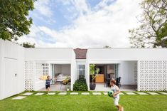 Sydney-based Architect Prineas has redesigned Breeze Block House turning it into a modern and open house. The Breeze Block House was . Block House, Besser Block, Breeze Block Wall, Eva Marie, Concrete Blocks, Concrete Steps, Precast Concrete, Architect House, House And Home Magazine