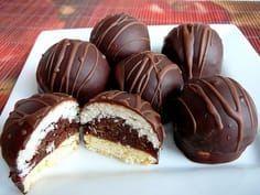 Z obou těst uděláme kuličky, které obalíme v cukru a namačkáme do formičky(já měla dávkovač na kávu). Prvně 1.těsto a potom 2.těsto, aby hnědé... Polish Desserts, Mini Desserts, Sweet Desserts, Sweet Recipes, Sweet Cookies, Sweet Treats, Mini Cakes, Cupcake Cakes, Macaroons