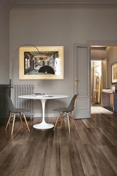 Porcelain stoneware with wood effect and chromatic versatility