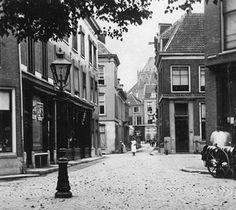 Utrecht op zondag   Korte Jansstraat vanaf het Janskerkhof. Rechts de Minrebroederstraat. Verderop het Oudkerkhof (J.A.Moesman 1905)