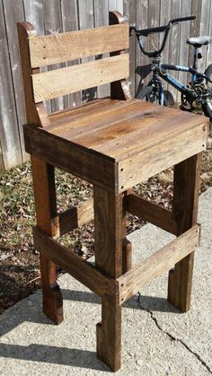 Pallet bar stool plans image of homemade bar stool ideas pallet diy Pallet Bar Stools, Pallet Stool, Diy Bar Stools, Diy Stool, Wood Stool, Bar Chairs, Pallet Chairs, Dining Chairs, Pallet Couch