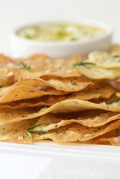 Lemon Rosemary Flatbread Crackers - everyone goes crazy over these shatteringly crisp crackers. They're perfect with hummus and dips but also pair well with salads and soups. Dehydrator Recipes, Appetisers, Clean Eating Snacks, Healthy Snacks, Healthy Eating, Appetizer Recipes, Cooking Recipes, Bread Recipes, Favorite Recipes