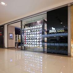 great idea - utilize the window space as show case - customer can browse in-stor. Retail Store Design, Retail Shop, Electronics Projects, Visual Merchandising, Big Camera, Camera Store, Electronic Shop, Show Case, Tv Decor