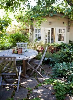 Envy-Inducing patio behind the Berkeley, CA home of a photographer, blogger, and cookbook author | Design*Sponge