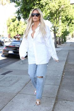 Khloe Kardashian Wears the Best White Button-Down Shirt, Period - Khloe Kardashian Style and Fashion Update: New update Read more… read more… - Khloe Kardashian Revenge Body, Estilo Khloe Kardashian, Kardashian Fashion, Fashion Updates, Fashion News, Kendall Jenner Jeans, Celebrity Style Guide, Celebrity Outfits, Dinner Wear