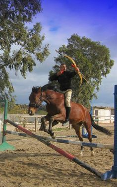 Mounted archer in midleap Horse Bow, Horse Gear, Archery Girl, Archery Bows, Bareback Riding, Horse Riding, Most Beautiful Animals, Beautiful Horses, Archery Country