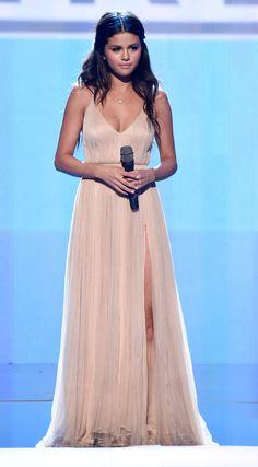 #fashion: #SelenaGomez incanta Los Angeles con i suoi look per gli American Music Awards. Tutti rigorosamente griffati @armani.http://www.sfilate.it/237800/agli-american-music-awards-per-selena-gomez-abiti-giorgio-armani