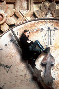 The Gormenghast Trilogy van de Britse kunstenaar en auteur Mervyn Peake voert je mee naar de claustrofobische wereld van Titus Groan, die opgroeit in een kasteel van astronomische proporties waarin bizarre rituelen en oeroude tradities de levens beheersen van de bontgekleurde bewoners met hun uitgesproken karakters. Een heuse tour de force waarmee Peake de gothic novel op een hoger plan tilde. De TV-adaptatie door de BBC geeft aan deze bevreemdende wereld op adembenemend wijze gestalte.