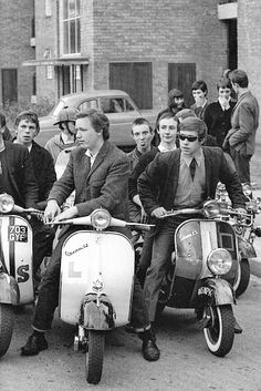 Mods, Mod is a British youth subculture , Focused on music and fashion, Significant elements of the mod subculture include fashion (often tailor-made suits); and motor scooters (usually Lambretta or Vespa). Mod Scooter, Lambretta Scooter, Vespa Scooters, Scooter Garage, Vintage Vespa, Rockabilly, Motos Vespa, Youth Subcultures, Hippie Man