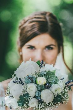 Ein herrlicher #Brautstrauß mit #Ranunkeln, #Pfingstrosen und #Sukkulenten in Creme und Grün- Tönen. Foto: Ramona Müller