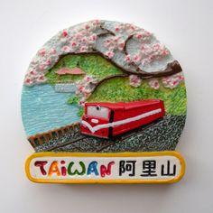 aokinさんからもらった台湾のお土産。  阿里山というところが描かれています。  桜が咲いてて春に行くとキレイそうな場所ですね!  赤い電車もかわいいっぽい!