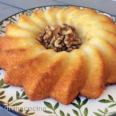 Este bizcocho de nata es muy fácil y rápido de hacer, resulta muy esponjosos y con sabor suave y cremoso. Además de acompañar con unas nueces se puede servir también con mermeladas a tu gusto, o frutas frescas (fresas, kiwis...).