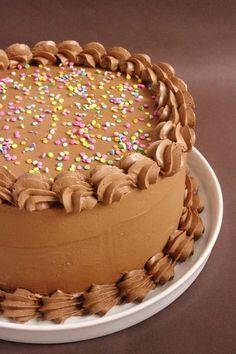 Un layer cake Nutella avec des couches de gâteau à la noisette et un glaçage au Nutella. Simple, efficace, parfait pour les anniversaires !