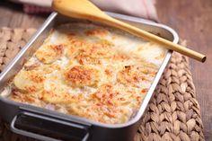 Cartofi delicioși la cuptor, o rețetă de la maestrul bucătar Jamie Oliver. Dificultate: ușor Timp de preparare: rapid Porții: 4-6 Ingrediente: 1 ceapă roșie 1 kg cartofi o nucșoară 3 căței de usturoi 300 ml smântână 4 fileuri de anșoa în ulei parmezan 2 foi de dafin 1 legătură cimbru proaspăt Modalitate de preparare: Curățați …