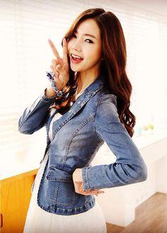 Associée à une veste en jean un peu délavée, la petite robe blanche lui apporte une allure romantique, glamour et sexy. La robe en dentelle permet d'adoucir l'aspect un peu masculine de la veste en jean.