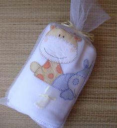 Manta em soft, com aplicações de tecido 100% algodão, caseadas à mão. Acabamento à volta toda em crochê e fita de cetim, em cor combinando com as aplicações. 100 cm X 74 cm aproximadamente. <br>Embalagem : saco de filó branco