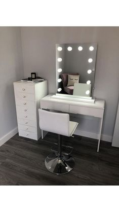 25 DIY Vanity Mirror Ideas with Lights Such a simple yet stylish photo of our new Alicia Hollywood Mirror from make up artist Makeup Mirror with Lights Lighted Vanity Mirror, Makeup Vanity Mirror, Vanity Room, Diy Mirror, Make Up Mirror, Ikea Vanity Table, Mirror Room, Mirror Ideas, Lights Around Mirror