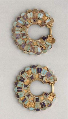 Persian earrings decorated with cloisonné from the Susa acropolis around 400 BC. Gold, lapis lazuli, turquoise. Achaemenid Empire. The Louvre.