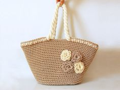 With this pattern by ChabeGS you will lear how to knit a Beach Bag with Flowers step by step. It is an easy tutorial about bag to knit with crochet or tricot. Crochet Tote, Crochet Handbags, Crochet Purses, Crochet Hooks, Knit Crochet, Double Crochet, Single Crochet, Knitting Patterns, Crochet Patterns