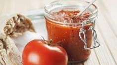 Tomaten-Chutney schmeckt zu Fleisch und Käse. Mit diesem leichten Rezept können Sie die würzige Soße günstig selber machen.