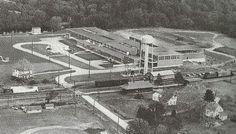 <p>Cette usine, la plus importante de Waterville, a été construite en 1952 par la Sponge Rubber Products Company et fabrique des bandes d'étanchéité pour automobiles. Toyota Gonsai (TG) a fait l'acquisition de l'usine en 1986-87.</p>