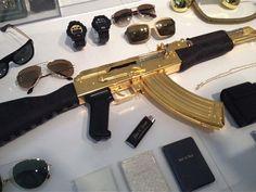 No todo lo que brilla es oro, ni todo lo que lo tenga es de buen gusto...Por tan solo unos tantos miles de dólares podrás comprar un cuerno de chivo de oro con detalles de la firma Versace