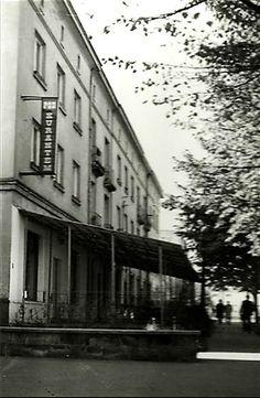 """Restauracja """"Pod Kurantem"""", widok pierzei południowej w latach 70 i 80 XX wieku."""