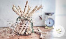 Egal ob als Beilage, als Jause, als Snack für zwischendurch oder als Snack für spontanen Besuch. Grissini kann man mit allen beliebigen Zutaten zubereiten. Sogar als süße Variante mit einer Schokoglasur schmecken sie total lecker. Das Rezept findet ihr ganz neu auf meinem Blog 😊  Viel Spaß beim nachbacken!  Liebe Grüße,  eure Christina 🌿 Plant Hanger, Blog, Decor, Small Bowl, Delicious Snacks, Play Dough, Side Dishes, Don't Care